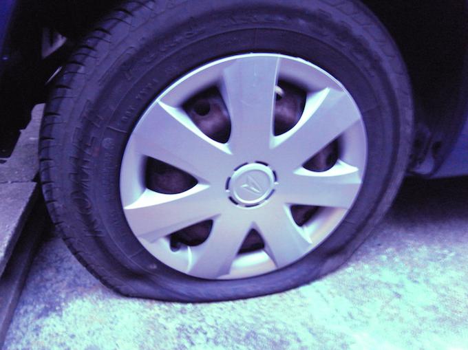 気づいたら車のタイヤがパンクしていました・・!